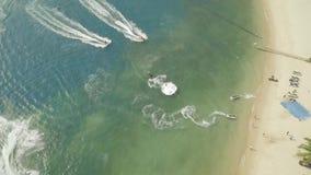 乘坐在水自行车和飞行板的人们在蓝色海鸟瞰图 喷气机滑雪和飞行搭乘在公海 寄生虫视图 股票视频