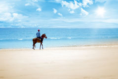 乘坐在海滩在一个晴天 免版税图库摄影