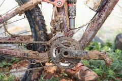 乘坐在湿和泥泞的轨道 免版税库存照片