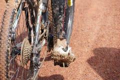 乘坐在湿和泥泞的轨道 免版税库存图片