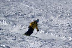 乘坐在滑雪倾斜的滑雪者和挡雪板在山区度假村多雪的冬天,滑雪场罗莎Khutor 免版税库存照片
