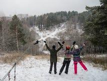 乘坐在绳索台车轨道在冬天 获得的人们乐趣一起 极端和活跃生活方式 库存图片