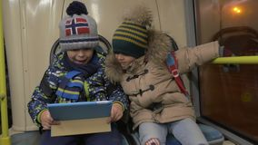 乘坐在通勤者公共汽车的两个年轻男孩 影视素材