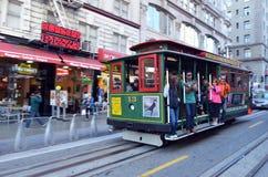 乘坐在鲍威尔海德的乘客在旧金山排行缆车 免版税库存图片