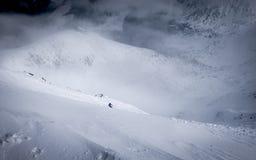 乘坐在滑雪的滑雪者和挡雪板倾斜 库存照片