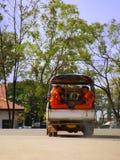 乘坐在tuk-tuk,万象,老挝的和尚 免版税库存照片