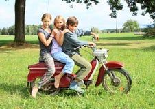 乘坐摩托车的年轻男孩 免版税库存照片