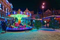 乘坐旋转木马的小孩在传统圣诞节 库存照片