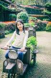 乘坐木motobike的女孩室外画象在公园 库存照片