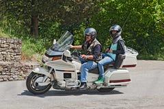 乘坐本田Goldwing 1500 6圆筒的骑自行车的人 免版税库存照片