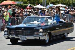 乘坐汽车的参加者在第34次每年美人鱼游行期间在科尼岛 免版税库存图片