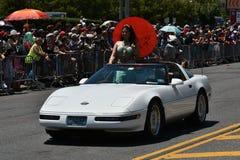 乘坐汽车的参加者在第34次每年美人鱼游行期间在科尼岛 库存照片