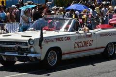 乘坐汽车的参加者在第34次每年美人鱼游行期间在科尼岛 库存图片