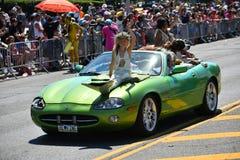 乘坐汽车的参加者在第34次每年美人鱼游行期间在科尼岛 免版税库存照片