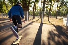 乘坐滑板的女孩 溜冰板运动 户外,生活方式 图库摄影