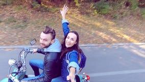 乘坐滑行车的夫妇 Selfie棍子射击 慢的行动 股票录像
