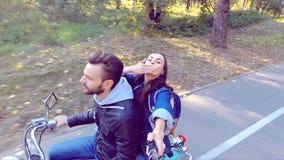 乘坐滑行车的夫妇 Selfie棍子射击 慢的行动 股票视频
