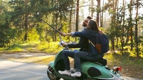 乘坐滑行车的夫妇 Selfie棍子 股票录像