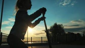 乘坐滑行车的特写镜头女孩 股票视频