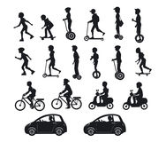乘坐现代电滑行车,汽车,自行车,滑板, segway, hoverboard的人们、男人和妇女 库存照片
