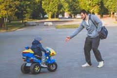 乘坐电三轮车的孩子 库存图片