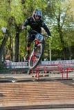 乘坐电MTB的骑自行车的人在轨道 免版税库存照片
