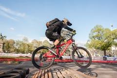 乘坐电MTB的骑自行车的人在轨道 库存图片