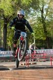 乘坐电MTB的骑自行车的人在轨道 免版税库存图片