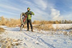 乘坐的肥胖自行车在冬天 免版税库存照片