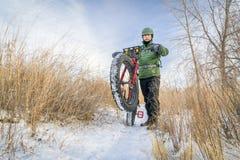 乘坐的肥胖自行车在冬天 库存图片