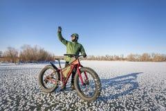 乘坐的肥胖自行车在冬天 库存照片