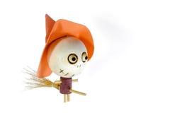 乘坐笤帚魔术的木巫婆在万圣夜天 库存图片