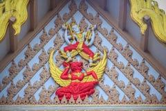 乘坐红色garuda的天使美好的雕塑装饰在 免版税库存图片