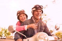 乘坐脚踏车的愉快的资深夫妇 免版税库存图片
