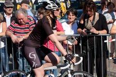 乘坐自行车的女演员。 免版税库存图片
