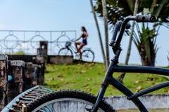 乘坐自行车的妇女 免版税库存图片