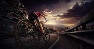 乘坐自行车的骑自行车者 免版税库存照片