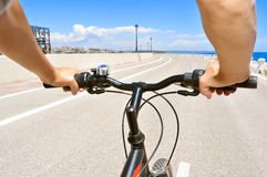 乘坐自行车的年轻人 库存图片