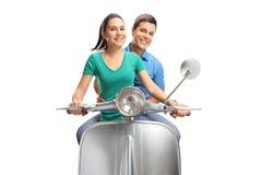 乘坐葡萄酒滑行车的年轻女性和男性 库存图片