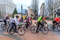 乘坐赛跑自行车在SW百老汇,波特兰的骑自行车者 免版税库存照片