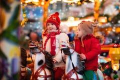 乘坐转盘的孩子在圣诞节市场 免版税库存图片