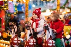 乘坐转盘的孩子在圣诞节市场 库存图片