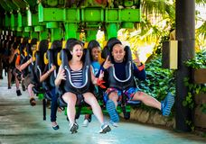 乘坐过山车的青年人在主题乐园 免版税图库摄影