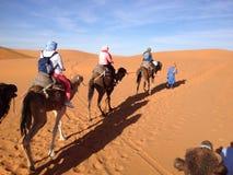 乘坐进入撒哈拉大沙漠 免版税图库摄影