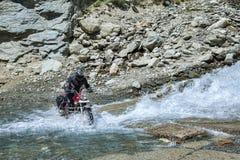 乘坐通过山河涉过在自行车 库存照片