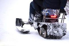 乘坐雪上电车,背面图的人们 图库摄影