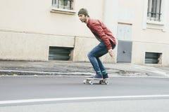 乘坐滑板摇摄的人 库存照片