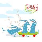 乘坐滑板的五颜六色的滑稽的动画片兔子 免版税库存图片