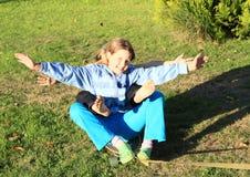 乘坐滑板的女孩 免版税库存图片