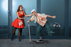 乘坐滑板的滑稽的老人 免版税图库摄影